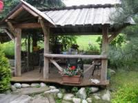 Altana w ogrodzie z grillem