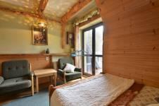 pok. 4, stylowy pokój w drewnie z łazienką, TV, balkon z widokiem na Giewont, WiFi